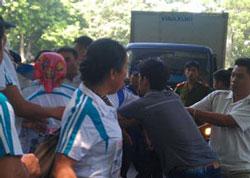 Công an đàn áp người dân mang biểu ngữ đòi trả tự do cho 4 thanh niên công giáo bị đưa ra xét xử, ảnh chụp trước đây. File photo.