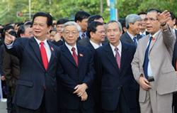 Tổng Bí thư Nông Đức Mạnh (P), Thủ tướng Nguyễn Tấn Dũng (T), Chủ tịch Quốc hội Nguyễn Phú Trọng (thứ hai từ bên trái) tại Hà Nội ngày 20 tháng 5 2010. AFP photo