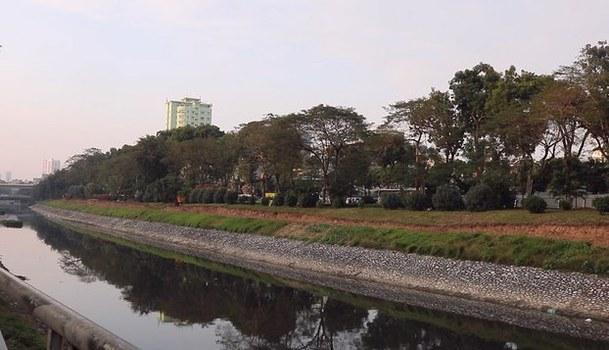Hình minh hoạ. Một đoạn sông Tô Lịch ở Hà Nội với bờ được kè