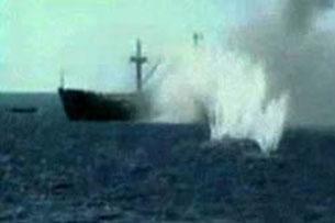Tàu vận tải HQ-604 bị tàu chiến Trung Quốc nã pháo, bắn cháy, đang chìm xuống biển ngày 14-3-1988. Ảnh lấy từ youtube do TQ quay lại