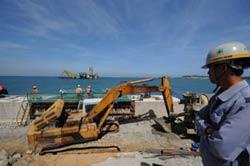 Công nhân nhà máy lọc dầu Dung Quất, ảnh minh họa. AFP
