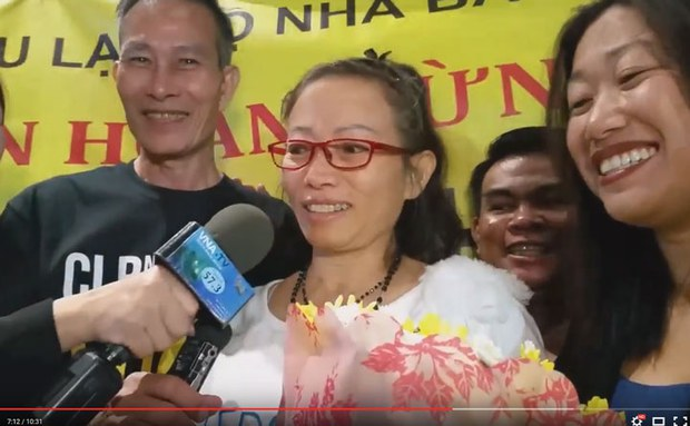 Vào khoảng 9 giờ địa phương ngày 19 tháng 9, 2015 nữ tù nhân lương tâm Tạ Phong Tần đã đến phi trường Los Angeles. (từ trái Blogger Điếu cầy, bà Tạ Phong Tần và nữ Thượng Nghị Sĩ Tiểu Bang Janet Nguyễn)