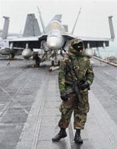 An ninh hải quân Hoa Kỳ canh gác hàng không mẫu hạm USS Nimitz trong chuyến ghé thăm Hong Kong tháng, 2010. AFP