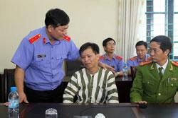 Ông Chấn bật khóc sau khi nhận quyết định được trả tự do. Photo courtesy of danviet.vn