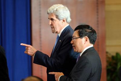 Ngoại trưởng Mỹ John Kerry (trái) và Bộ trưởng Ngoại giao Việt Nam Phạm Bình Minh (phải) tại một cuộc họp báo tại Trung tâm hội nghị quốc gia Hà Nội vào ngày 23 tháng 5 năm 2016.