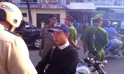 Công an ngăn cản những người đến tham gia phiên tòa xử 3 bloggers sáng 24/9 tại TPHCM. Photo courtesy Dân Làm Báo.