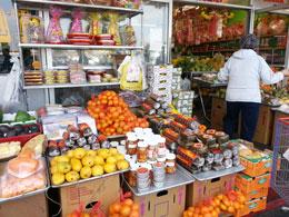 Bánh chưng, bánh tét, dưa mắm, bánh mứt cho ngày Tết được bày bán khắp chợ. Photo Ngoc Lan RFA
