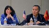 Trưởng đoàn đàm phán của đối tác xuyên Thái Bình Dương (TPP) của Mỹ bà Barbara Weisel  (trái) và ông Trần Quốc Khánh đại diện của Việt Nam tham dự cuộc họp báo chung tại Singapore vào ngày 13 Tháng Ba năm 2013.