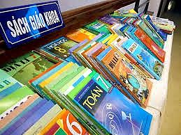 Sách giáo khoa là mặt hàng được coi là bán chạy và lợi nhuận nhiều nhất trong nhóm kinh doanh sách (nguồn danviet.vn)