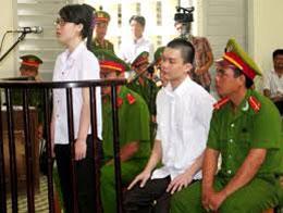 Hai sinh viên Phương Uyên và Nguyên Kha tại Tòa án nhân dân tỉnh Long An ngày 16 tháng 5, 2013