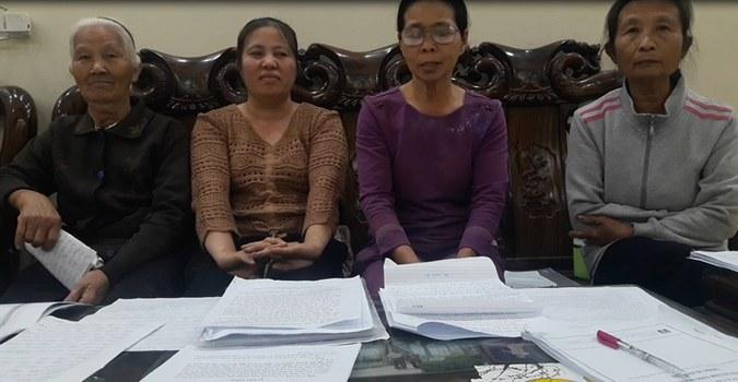 Người dân làng đạo Thạch Bích kêu gọi chính quyền các cấp giải quyết dứt điểm giao đất đất dịch vụ cho họ.