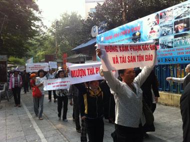 Giáo dân Thái Hà biểu tình ôn hòa tại Hà Nội hôm 18/11/2011, để đòi hỏi nhà nước trả lại tu viện. RFA PHOTO.