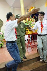 Các Huynh trưởng mời người dân phòng đi ra khỏi nơi tổ chức thánh lễ ở giáo xứ Thái Hà, Hà Nội, vào chiều ngày 20/11. Courtesy thaiha.org