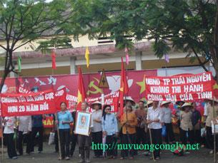Giáo dân Thái Nguyên tập họp trước UBNDT phản đối việc chiếm dụng đất đai