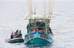 Canô của lực lượng tuần duyên Thái Lan cặp vào tàu cá Việt Nam hôm 13 tháng 9, 2012. RFA