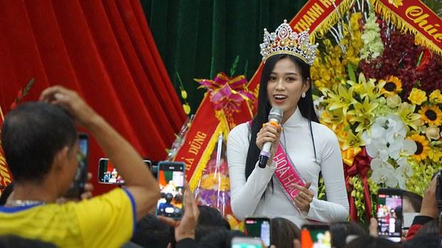 Tân hoa hậu Việt Nam và chuyện 'vinh quy bái tổ'