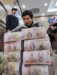 Nhân viên Sacombank đang chuyển một số tiền đồng VN .(Ảnh minh họa)