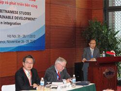 GS Nguyễn Mạnh Hùng (phải) phát biểu tại Hội thảo Quốc tế về Biển Đông lần thứ 4 sáng ngày 27 tháng 11. Courtesy sgtt.