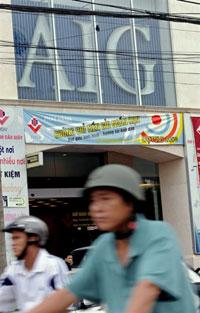 Không trực tiếp chịu ảnh hưởng của cơn suy thoái toàn cầu, Việt Nam sẽ phải đối diện với tình trạng sút giảm đầu tư và nguồn ngoại tệ. AFP PHOTO