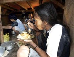 Công nhân nước ngoài trong giờ ăn trưa tại Malaysia. AFP PHOTO.