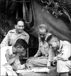 CT Hồ Chí Minh (thứ 2 từ phải) và Đại tướng Võ Nguyên Giáp (trên, trái) bàn về một chiến dịch quân sự ở Việt Nam vào năm 1950. AFP photo