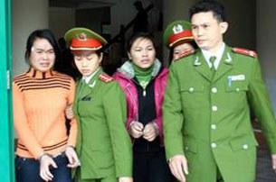 Nữ sinh Nguyễn Thị Hằng (áo cam) sinh năm 1991 và nữ sinh Nguyễn Thanh Thúy sinh năm 1992 (áo hồng), đang bị dẫn giải ra tòa dự phiên xử vụ án vị hiệu trưởng Sầm Đức Xương mua dâm nữ sinh tại Hà Giang sáng 27/01/2010.