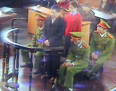 Luật sư Nguyễn Văn Đài (đứng, áo đen) và luật sư Lê Thị Công Nhân (áo đỏ) tại Toà án Nhân dân Tối cao tại Hà Nội hôm 27/11/2007.