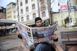 """Trang bìa báo Hurriyet của Thổ Nhĩ Kỳ với câu """"Ông ta giết chết Dân chủ"""", phản ứng với cuộc bầu cử ngày 23/1/2012. AFP photo"""