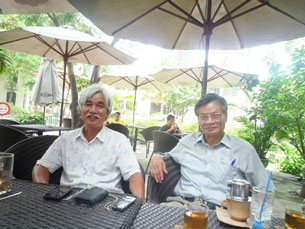 Nhà văn Phạm Xuân Nguyên (trái) và Tiến sĩ Nguyễn Quang A ngồi trong quán caphê trên đường Điện Biên Phủ. Source blog chhv