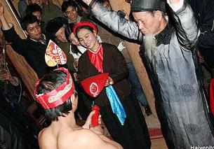Lễ hội Trò Trám: Người nam cái nõ, người nữ cầm cái nường, tức là bộ phận sinh dục nam và một cái là bộ phận sinh dục nữ. Source Vanhoa-Thethao