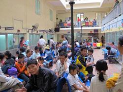 Lúc nào cũng đông nghịt người chờ khám tại Bệnh viện Nhi Trung ương. Ảnh: Ngọc Dung/www.nld.com.vn.