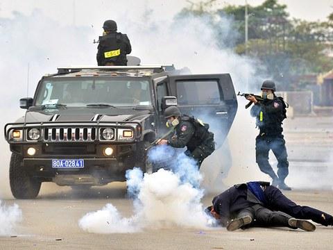 Luyện tập tình huống chống bạo động