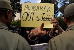 Người Maroc biểu tình đòi lật đổ chính phủ của Tổng thống Hosni Mubarak bên ngoài đại sứ quán Ai Cập tại Rabat ngày 31 tháng 1 năm 2011. AFP Photo.