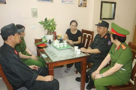 Đoàn công tác thăm hỏi thân nhân liệt sĩ Dương Đức Hoàng Quân thiệt mạng trong vụ Đồng Tâm.