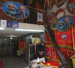 Một cửa hàng bán tranh ảnh Mác - Lê ở Hà Nội. AFP photo