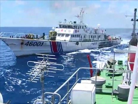 Hình minh hoạ. Tàu hải cảnh của Trung Quốc truy đuổi tàu Việt Nam gần một giàn khoan dầu của Trung Quốc ở Biển Đông hôm 1/6/2014