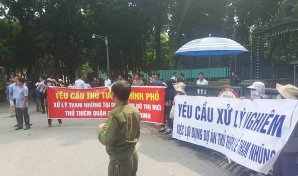 Hơn 60 hộ dân thuộc Dự án Khu đô thị mới Thủ Thiêm biểu tình trước Văn phòng Chính phủ, Thủ tướng và Quốc hội, vào ngày 28/10/16.