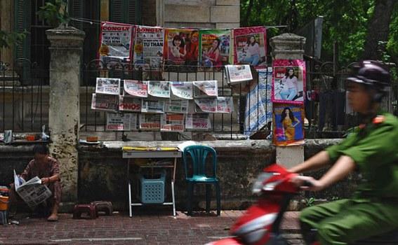 Một sạp báo vỉa hè Hà Nội. Hình chụp ngày 26/6/2012.