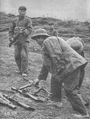 Cán binh CSVN bị bắt làm tù binh trong cuộc chiến biên giới 1979. Để ý, có nhiều súng M79 và súng tiểu liên của Mỹ, bị TQ thu. Source báo chí TQ