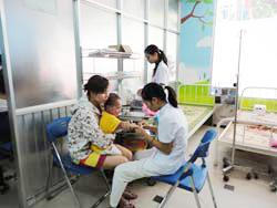 Đưa trẻ đến khám bệnh tại một bệnh viên ở Hà Nội hôm 15/8/2011. RFA photo