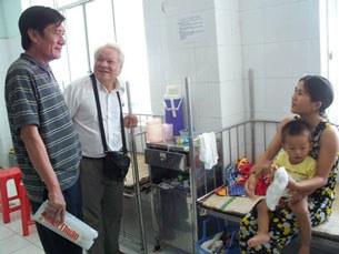 Phó Chủ tịch UBND tỉnh Ninh Thuận Võ Đại (trái)đã thấy được hiệu quả phương pháp điều trị TCM của TS Nguyễn Văn Khải (áo trắng)