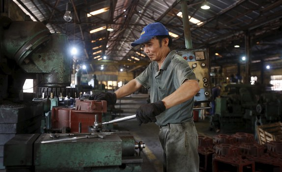 Hình minh hoạ. Một công nhân trong một xưởng sản xuất ở ngoại thành Hà Nội hôm 13/7/2015