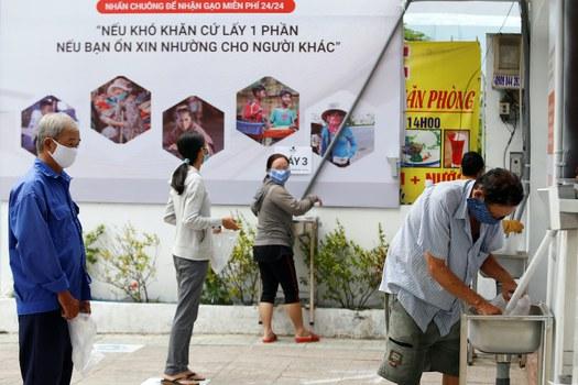 Hình minh hoạ. Người xếp hàng lấy gạo miễn phí ở TP. Hồ Chí Minh hôm 11/4/2020