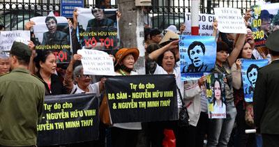 Người dân biểu tình bên ngoài tòa đòi trả tự do cho blogger Basàm và cộng sự của anh. AFP photo