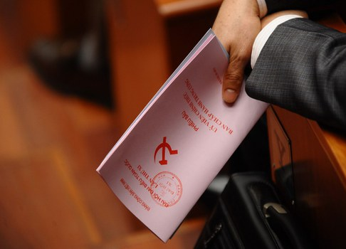 Một đại biểu cầm phiếu bầu các ủy viên trung ương mới của Đảng Cộng sản Việt Nam trong đại hội đảng. AFP