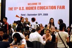 Hội chợ giáo dục Đại học Hoa Kỳ tại Hà Nội vào ngày 28 tháng 9 năm 2009. AFP PHOTO / HOANG DINH Nam.
