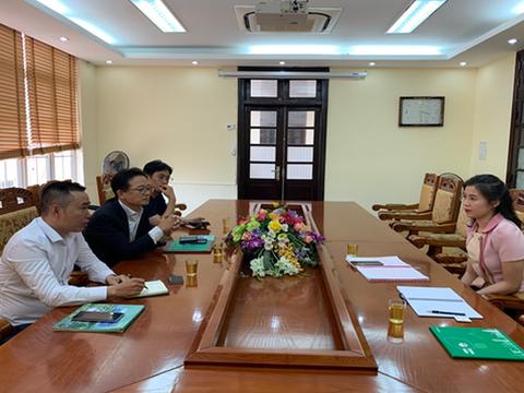 Bà Trần Huyền Trang (bìa phải) vừa được bổ nhiệm làm Phó Giám đốc Sở Kế hoạch và Đầu tư tỉnh Vĩnh Phúc.