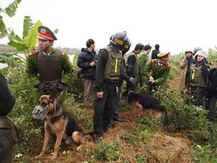 Công an, cảnh sát cơ động mang cả chó bao vây nhà của gia đình Ông Đoàn Văn Vươn, ảnh chụp hôm 05-01-2012.