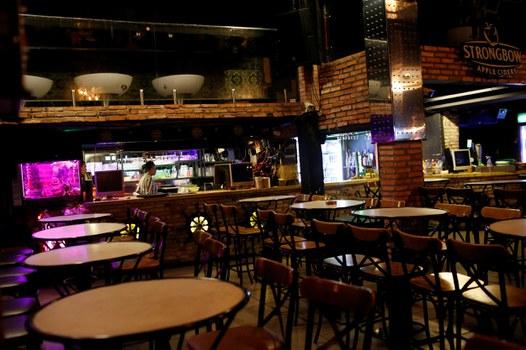 Cảnh tượng vắng vẻ trong một quán bar ở TP HCM trước khi có lệnh đóng cửa.
