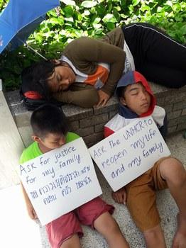 Người Hmong biểu tình trước cổng văn phòng Cao ủy Tị nạn Liên Hiệp Quốc, Bangkok, Thái Lan ngày 15/06/18.